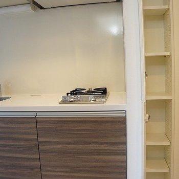 キッチン横にもプチ収納!※写真は10階の同間取り別部屋のものです