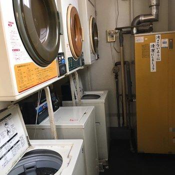 共用の洗濯機と乾燥機が置いてありました。