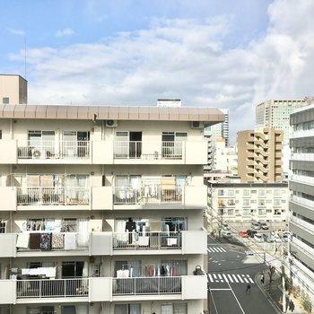 北向きの窓からは白いマンション。