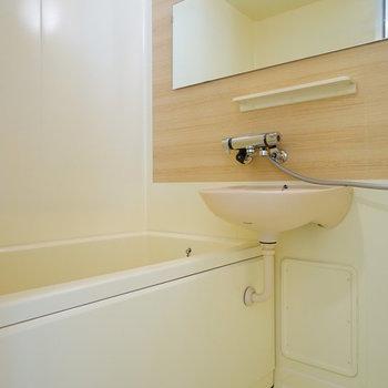 お風呂は木目調のシート、長尺のミラーでリニューアル!しかも嬉しい追い焚き付き!※写真はイメージ