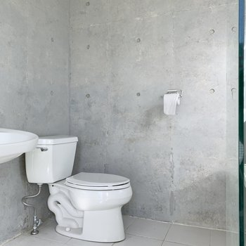 【下階】奥にトイレがあります。