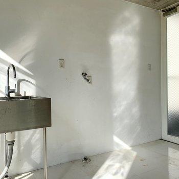 【下階】隣に冷蔵庫と洗濯機置き場になります。