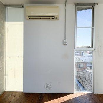 【上階】向かいにも窓があります。
