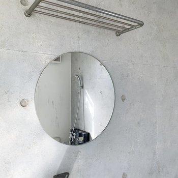 【ディテール】洗面台の鏡が可愛い。