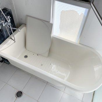 【下階】浴槽も十分な大きさがあります。