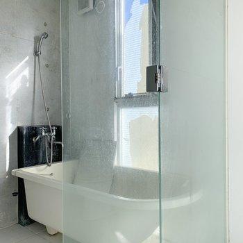 【下階】浴室も開放感ありますね〜