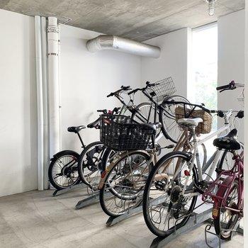 自転車置き場は建物内です。