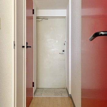 玄関方面に行きましょう。まずは手前のトイレから。