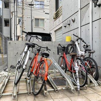 エントランスにサイクルラックがあります。