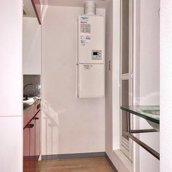 キッチンスペースがしっかり設けられています。※フラッシュを使用して撮影しています