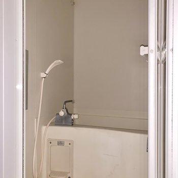 浴室の鏡の横にはシャンプーラックがありましたよ。※フラッシュを使用して撮影しています