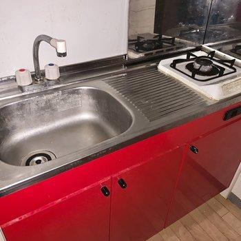 ステーキを焼きたくなるような、赤いキッチン。※フラッシュを使用して撮影しています