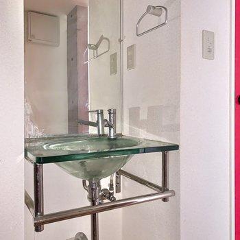 ガラスの洗面ボウル…美しいです。※フラッシュを使用して撮影しています