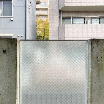 180cmくらいで、すりガラスの柵なので、通行人と目が合う心配はありません。