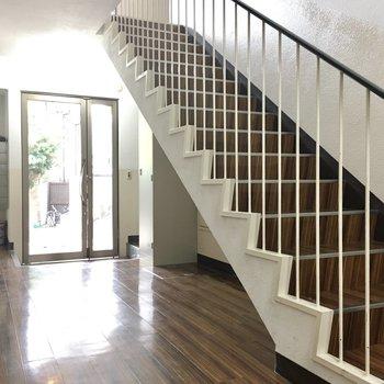 学校の階段みたい。共用部に懐かしさを感じました。