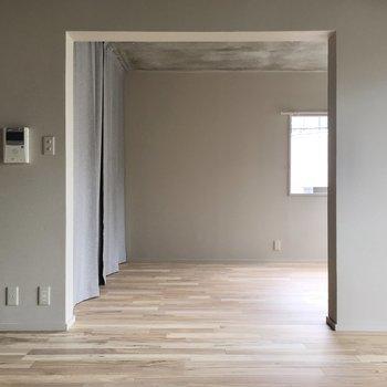 さて、お隣のお部屋を見てきましょう。扉はなく、オープンなタイプです。