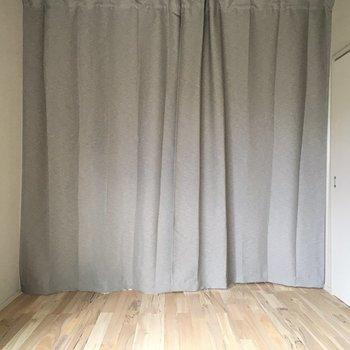 振り返ると大きなカーテン。