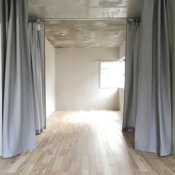 またまた開けるとお隣の洋室へ。1つなぎになっていました。カーテンの中は収納として使うのが◎