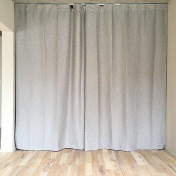 反対側はカーテンで仕切られています。
