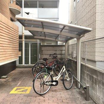 自転車置き場は端っこにありました。屋根付きで雨も防げます。
