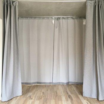 開けると更にカーテン!!