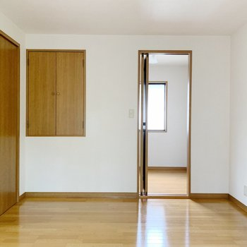 【洋室6帖③】右側の奥は収納スペース。左の小さい扉は……!