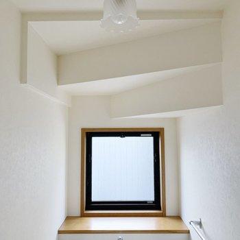 天井の形が個性的。小窓つきで換気もさくっと!