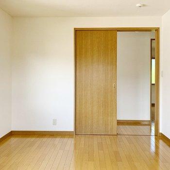 【洋室6帖①】ここには収納がないので、ラックやカラーボックスがあると良さそう◯