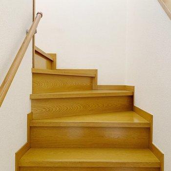 では階段で2階へ。