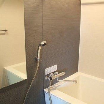 浴室乾燥機付きのお風呂、雨の日の洗濯も安心です(※写真は8階の同間取り別部屋のものです)