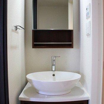 丸い洗面台とパリッとした鏡がgood!(※写真は8階の同間取り別部屋のものです)