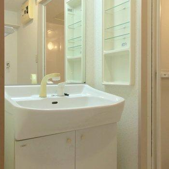 洗面台は鏡が広い!朝の支度もラクラクです。