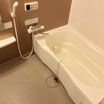 ゆったりサイズの浴槽。高温さし湯機能付いています。