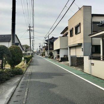 駅までは閑静な住宅街を通ります
