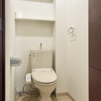 トイレはウォシュレット付き。後ろの棚にはペーパーが置けます◯(※写真は清掃前のものです)