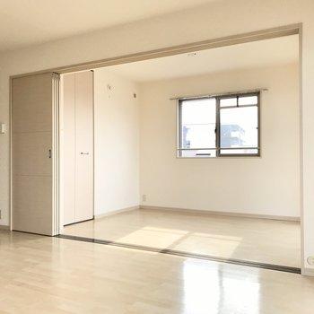 まずは手前の洋室から!この扉を閉めればプライベート空間に早変わり