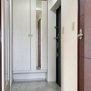 玄関はダブルロックで安心。シューズボックスには姿見付き♩