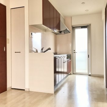 キッチンと、そのまわりの扉の色はボルドー。主張しすぎないお洒落な差し色に