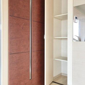キッチン横にはパントリーになりそうな収納棚が。ストックを入れましょう