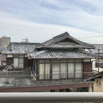 眺めはお隣さんさんの屋根。そこまで気になりませんでした