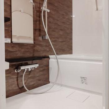 お風呂も広めです!ブラウンのアクセント。※写真は5階の同間取り別部屋のものです
