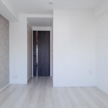 ベッドは右側に置きましょう。※写真は5階の同間取り別部屋のものです
