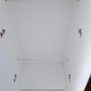 収納はハンガーをかけておけるタイプと※写真は5階の同間取り別部屋のものです