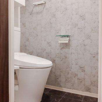 トイレもアクセントが利いています。※写真は5階の反転間取り別部屋のものです