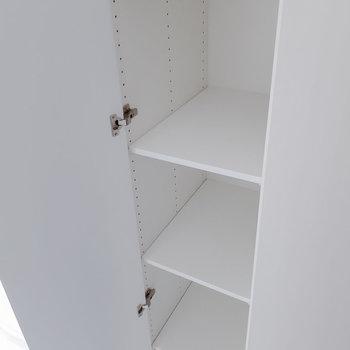 可動タイプの棚が。※写真は5階の反転間取り別部屋のものです
