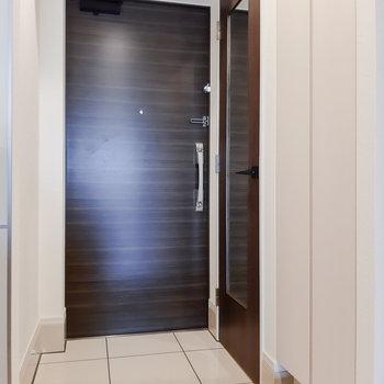 玄関には姿見があります。※写真は5階の反転間取り別部屋のものです