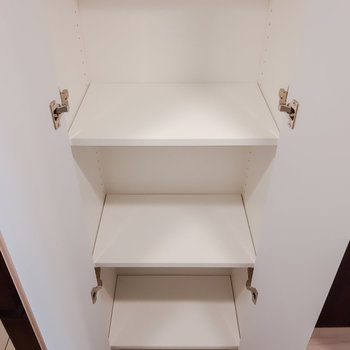 玄関土間手前にも収納。掃除用具などに便利です。※写真は5階の反転間取り別部屋のものです