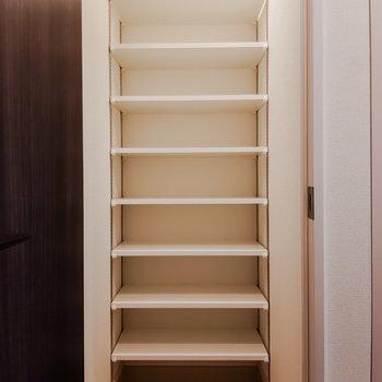 靴箱はシューズインタイプ!大容量です。※写真は5階の反転間取り別部屋のものです