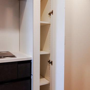 キッチン横には縦長の収納もありました。※写真は5階の反転間取り別部屋のものです