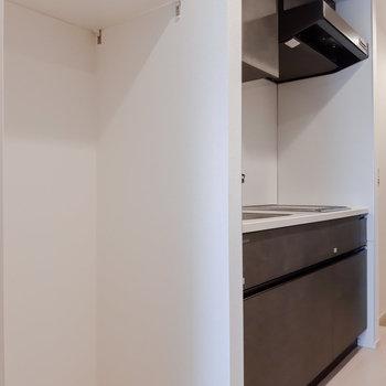 キッチン横の冷蔵庫置き場の上にも可動棚があります。※写真は5階の反転間取り別部屋のものです